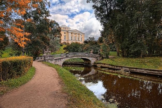 Palazzo e ponte con centauri a pavlovsk a san pietroburgo