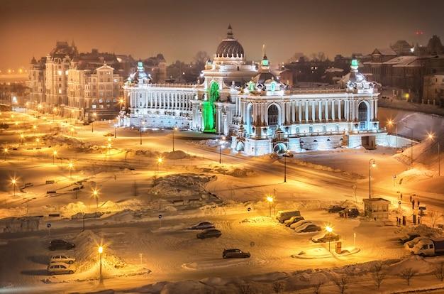 Il palazzo dei contadini nella luce della sera a kazan