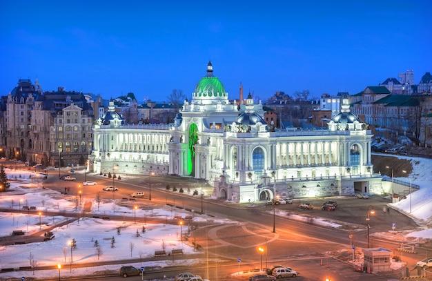 Il palazzo dei contadini di kazan alla luce delle luci notturne. vista dal cremlino. didascalia: palazzo dei contadini