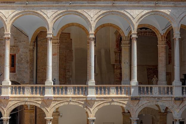 Palazzo dei normanni a palermo sicilia. particolare del colonnato.