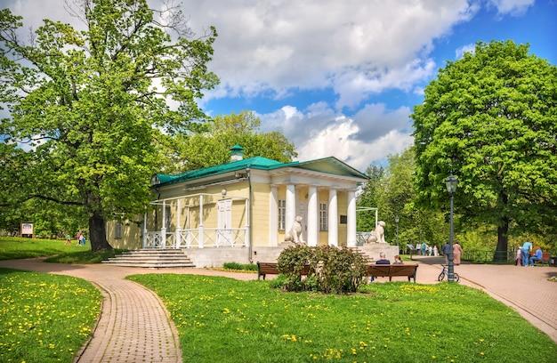 Padiglione del palazzo e leoni a kolomenskoye a mosca in una giornata di sole estivo
