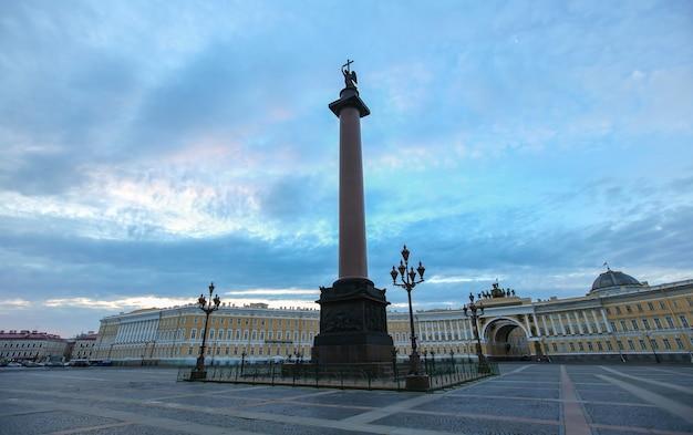 La piazza del palazzo a san pietroburgo al mattino presto