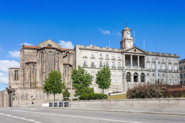 Palacio da bolsa e chiesa