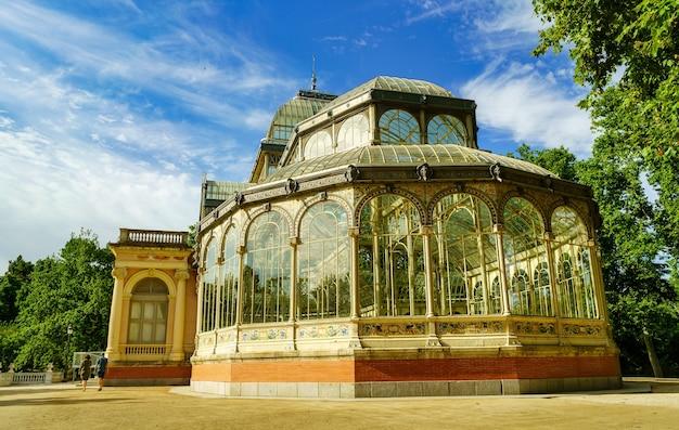 Palacio de cristal nel parco pubblico del retiro di madrid nella soleggiata giornata estiva.