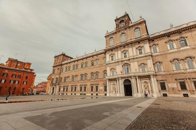 Palazzo ducale a modena, italia. in inglese palazzo ducale di modena, la storica città italiana.