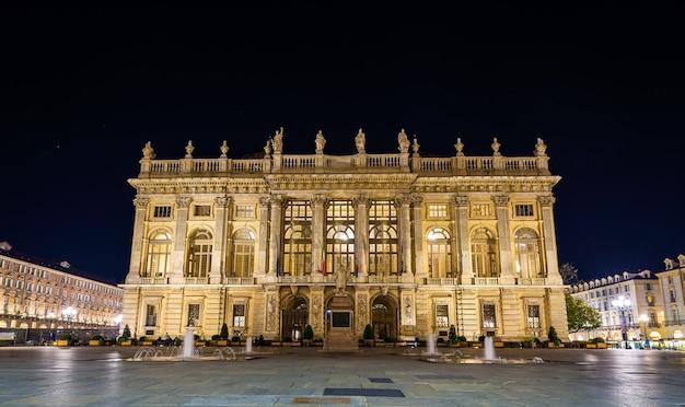 Palazzo madama a torino di notte - italia