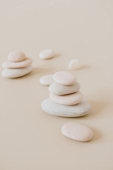 Pietre pastello pallide si impilano su pietre neutre. appartamento laico, vista dall'alto il concetto minimo di spa.