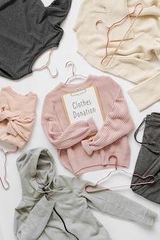 Maglione lavorato a maglia rosa pallido con appunti su sfondo bianco. vestiti autunnali e invernali. negozio, vendita, concetto di moda.