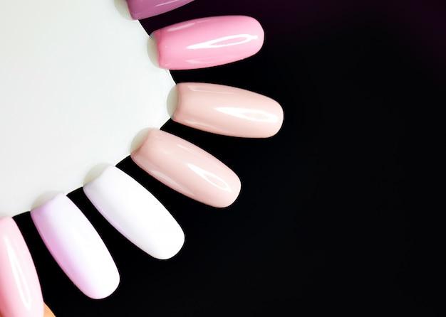 Tavolozza con campioni di smalto. raccolta di campioni di vernice per manicure.