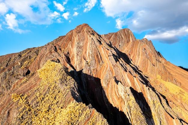 Pallay punchu delle montagne arcobaleno di apu takllo in perù