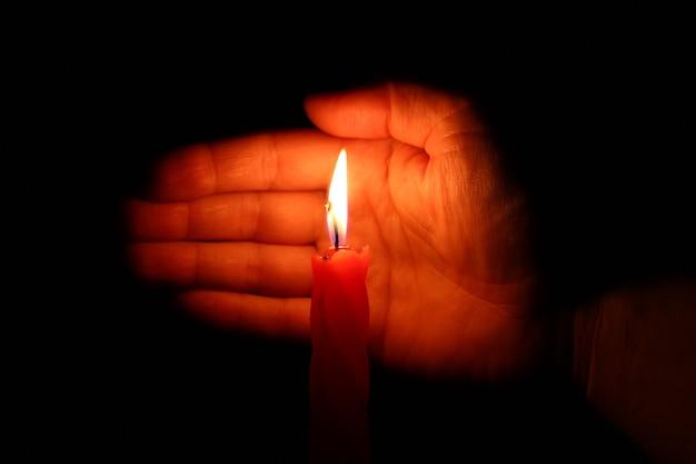 Il palmo protegge il primo piano della candela
