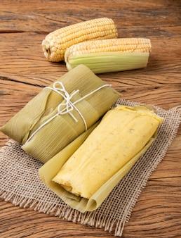 Pamonha, cibo di mais brasiliano tipico su fondo di legno