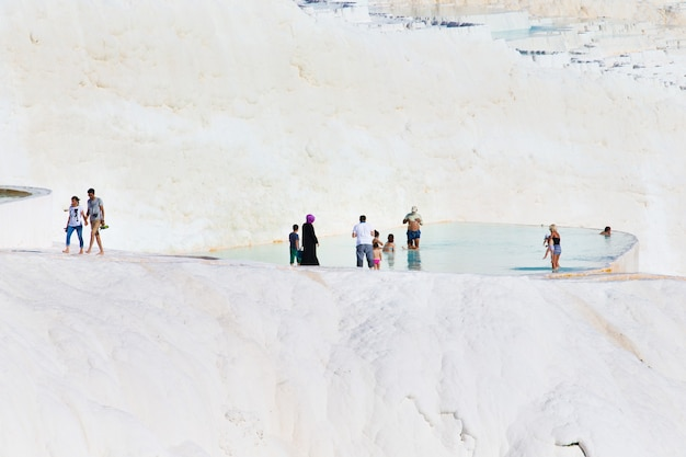 Pamukkale, turchia - 14 agosto 2015: turisti sulle piscine e sui terrazzi del travertino di pamukkale. pamukkale è famoso sito del patrimonio mondiale dell'unesco in turchia