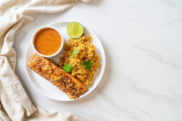 Tandoori di salmone scottato in padella con riso masala - stile di cibo musulmano