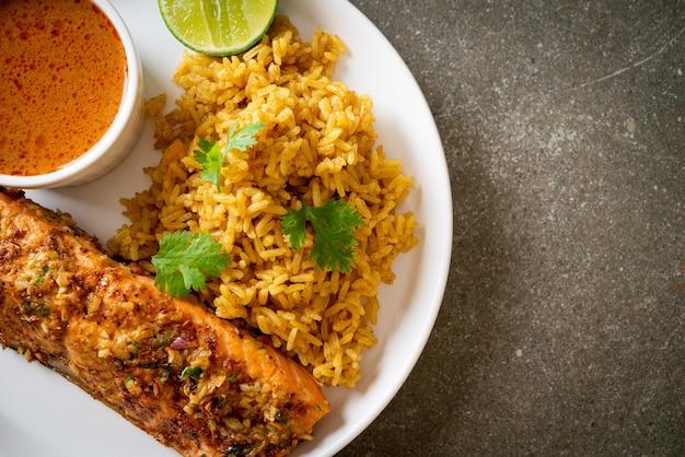 Tandoori di salmone scottato in padella con riso masala - stile cibo musulmano