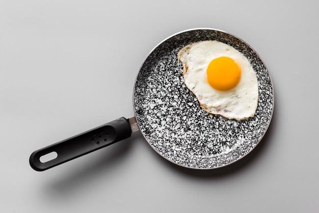 Padella con uovo fritto