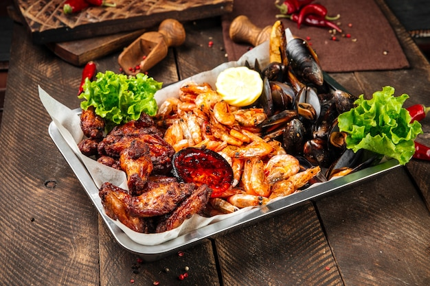 Padella con gamberi fritti, cozze e pollo