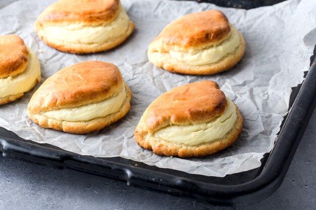 Pan con panini caldi fatti in casa ripieni di ricotta. messa a fuoco selettiva.