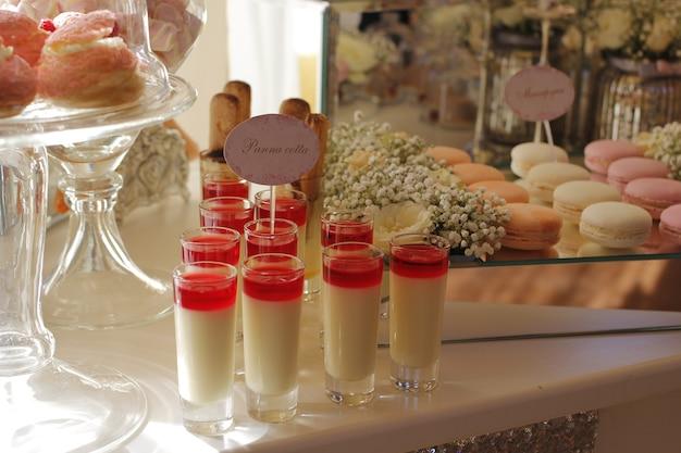 Panacota in un bar di caramelle a una celebrazione del matrimonio