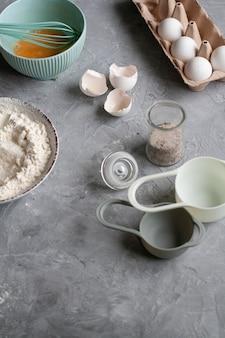 Processo di produzione del pancake. luogo di lavoro dello chef con inventario e ingredienti per cucinare
