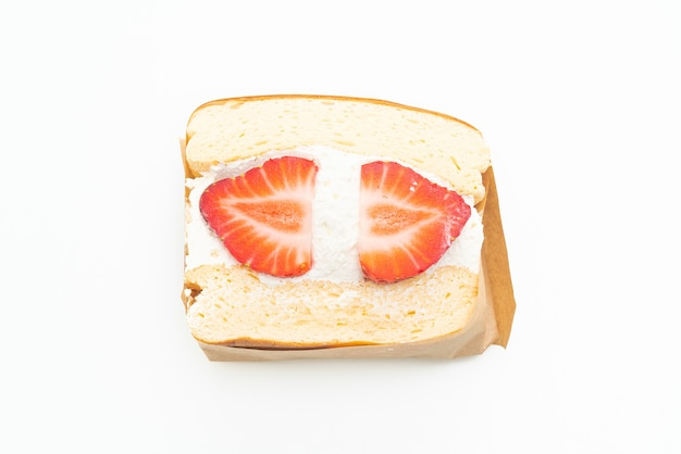Panino panino alla fragola panna fresca isolato su sfondo bianco