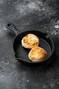 Frittelle di frittelle di cagliata dolce syrniki su padella di ghisa su padella di ghisa cast