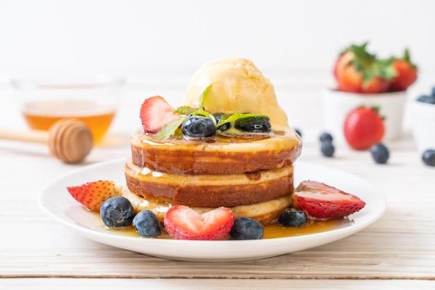 Frittella con mirtilli, fragole, miele e gelato alla vaniglia