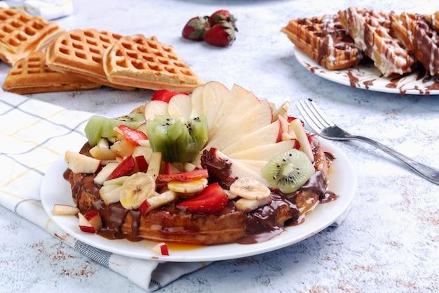 Pancake con cioccolato e frutta