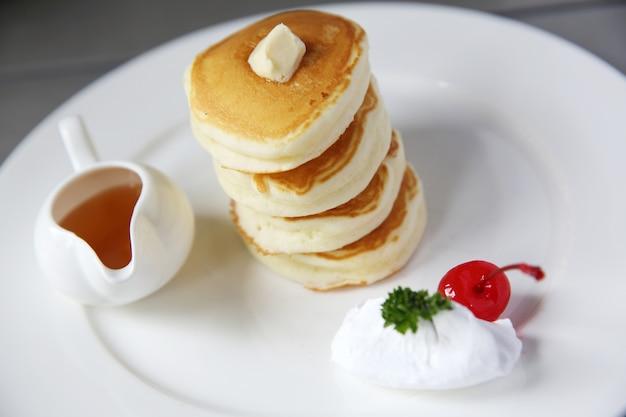 Pancake con miele e fragole