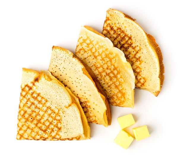 Frittelle nel triangolo e olio su superficie bianca, isolata. la vista dall'alto