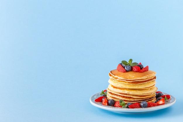 Pancake con le bacche sul piatto