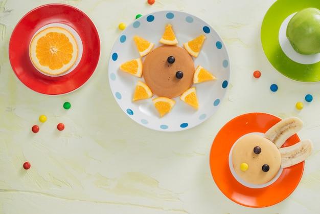 Frittelle con frutta per i bambini. vista dall'alto