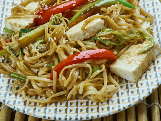 Paneer curry noodles, deliziosa ricetta indocinese servita come snack