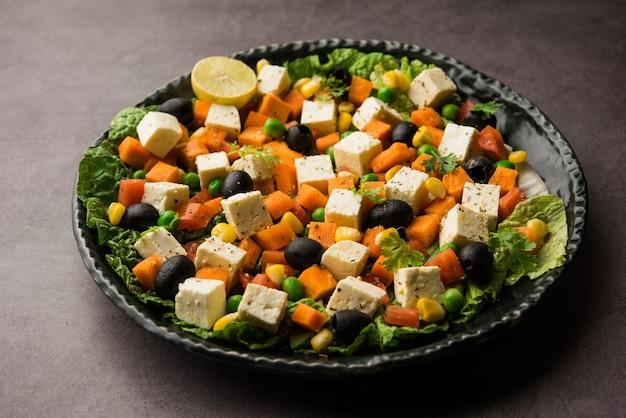 La ricetta dell'insalata di verdure paneer è un alimento dietetico a basso contenuto di carboidrati proveniente dall'india che utilizza cubetti di ricotta con verdure verdi