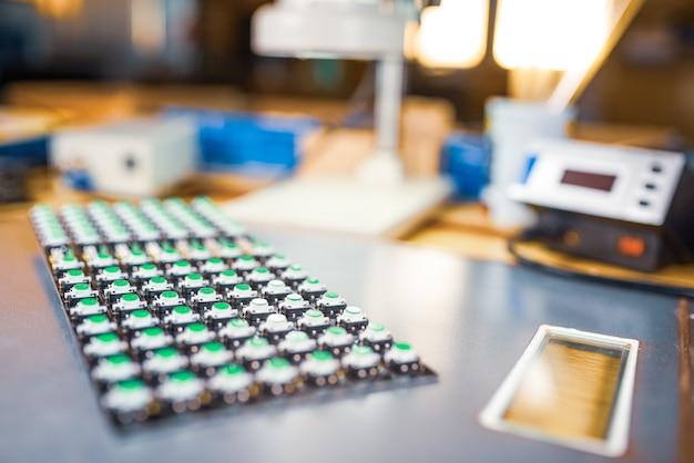 Il pannello degli indicatori luminosi a led è in produzione