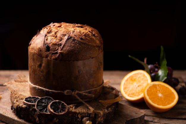 Il panettone è il dolce tradizionale italiano per natale. avvicinamento