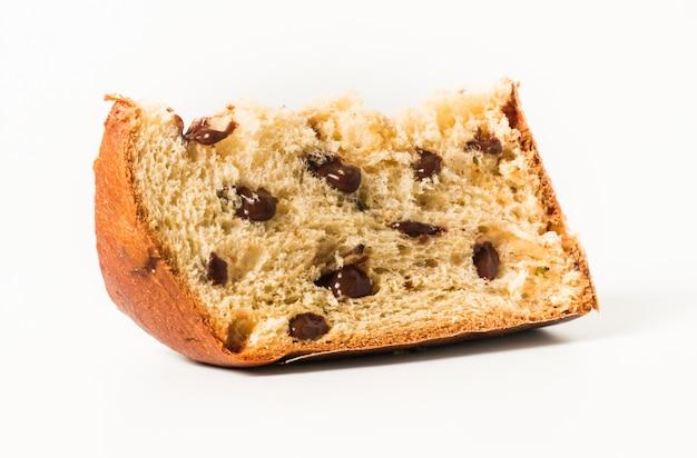 Il panettone è il dolce tradizionale italiano per natale con chocolatte isolato su bianco