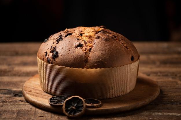 Il panettone è il dolce tradizionale italiano per natale.