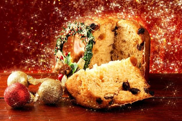 Panettone dolce tradizionale italiano per natale. fette tagliate con fondo rosso.