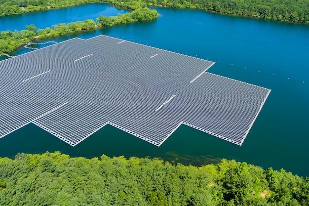 Panorama vista aerea della piattaforma di celle di pannelli solari galleggianti sul bellissimo lago energia elettrica alternativa rinnovabile