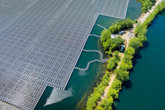 Panorama vista aerea di energia elettrica alternativa rinnovabile la piattaforma di celle solari galleggianti