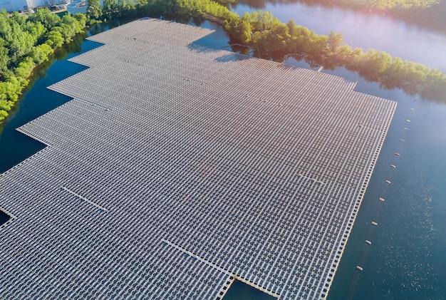 Panorama vista aerea di energia elettrica alternativa rinnovabile la piattaforma di celle di pannelli solari galleggianti sul bellissimo lago