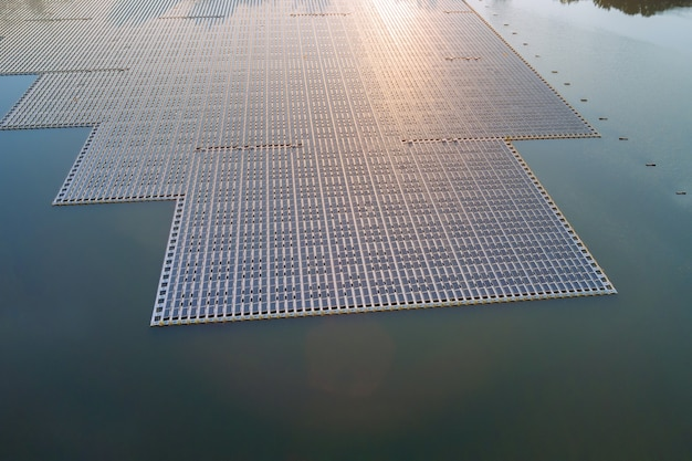 Panorama vista aerea dell'energia elettrica alternativa rinnovabile la piattaforma di celle di pannelli solari galleggianti sul bellissimo lago
