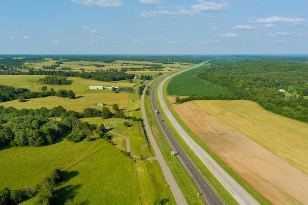 Vista aerea panoramica della cittadina vicino all'autostrada stradale situata nell'america centrale