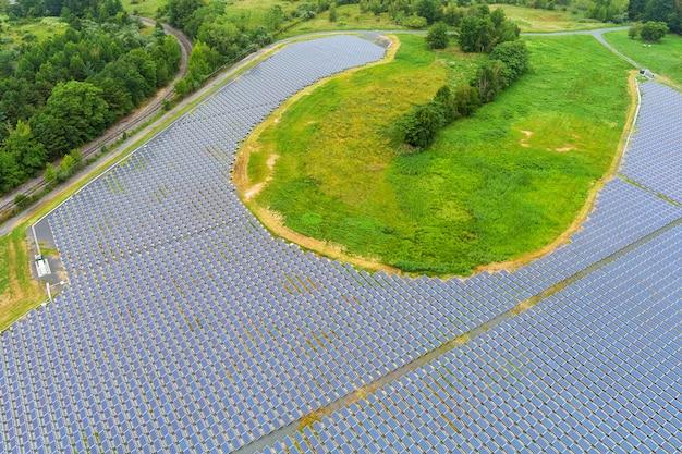 Vista aerea panoramica della centrale elettrica dei pannelli solari, energia rinnovabile.