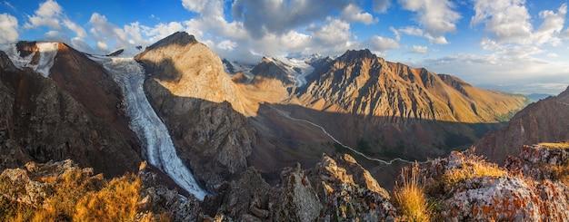 Panorama dei monti altai alla luce del mattino, picchi rocciosi e ghiacciai