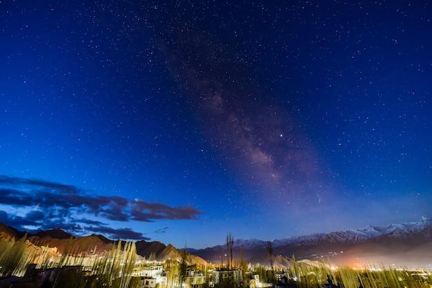 Panorama di incurvatura del centro galattico della via lattea sopra la montagna alla città di leh, ladakh, india.