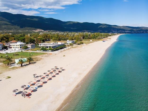 Panorama di asprovalta e costa del mar egeo, vegetazione multipla, lunga spiaggia con lettini e ombrelloni, grecia