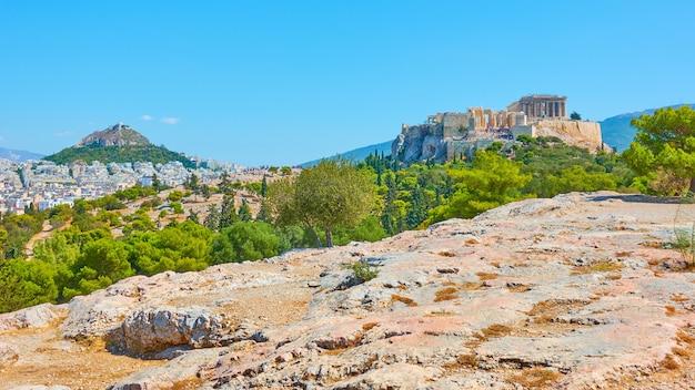 Panorama della città di atene con le colline del licabetto e dell'acropoli dalla collina delle ninfe, grecia