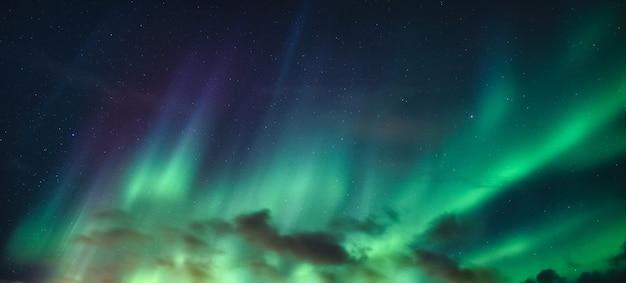 Panorama di aurora boreale, aurora boreale con stellato nel cielo notturno sul circolo polare artico in norvegia